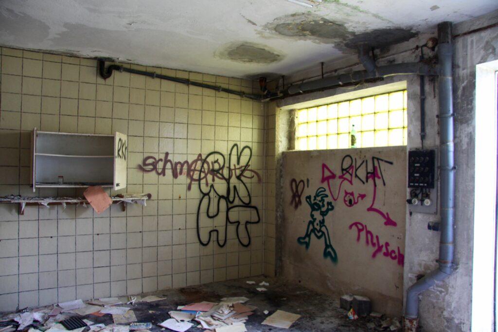 im Inneren des ehemaligen VEB Galvanotechnik ist ausser ein paar Dokumenten nicht mehr viel übrig vom alten Glanz
