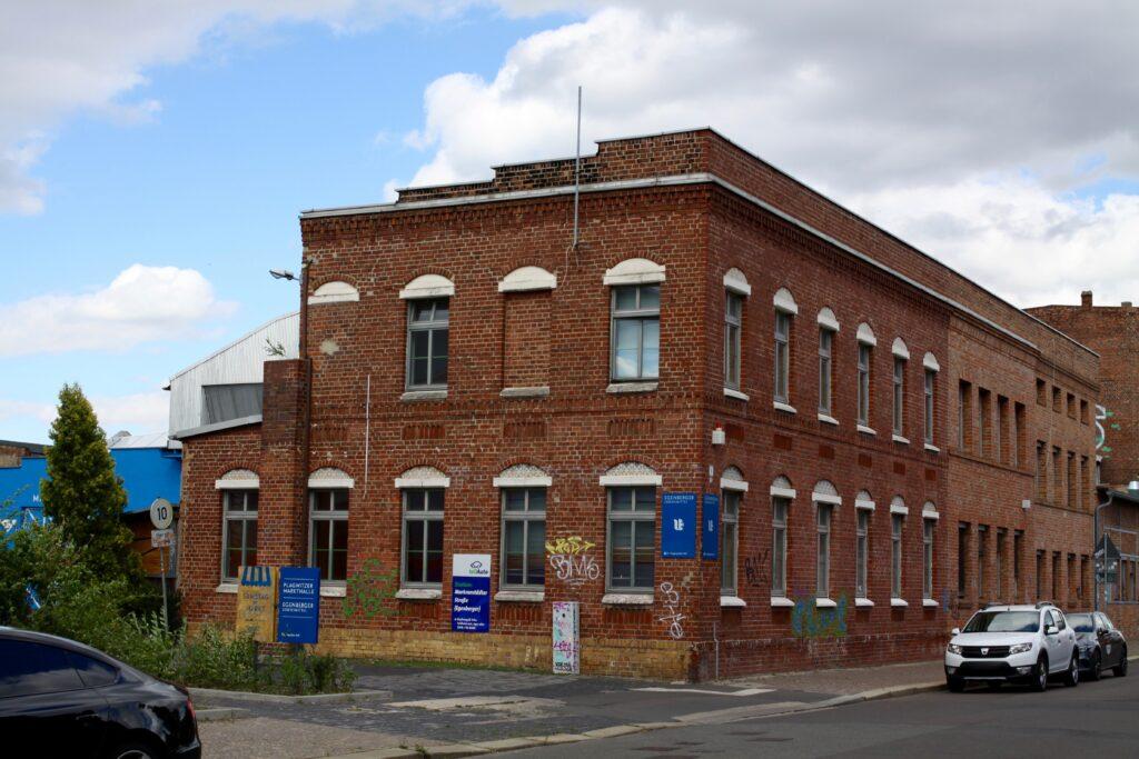 das Gebäude mit der Klinkerfassade in der Markranstädter Str. 8 wurde in den Jahren 1890 erbaut, jedoch nicht von Weithas