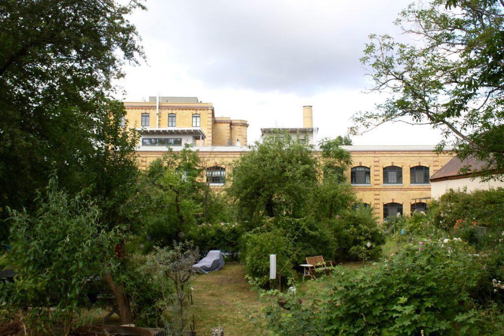 ehemalige Industrtiebauten im Stadtteil Wahren - hier die Rauchwaren-Fabrik Kniesche dierkt an der Weißen Elster am Auensee