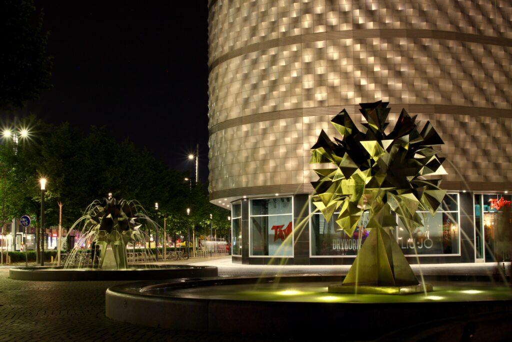 Pusteblumen Brunnen bei den Höfen am Brühl sind Nachts beleuchtet