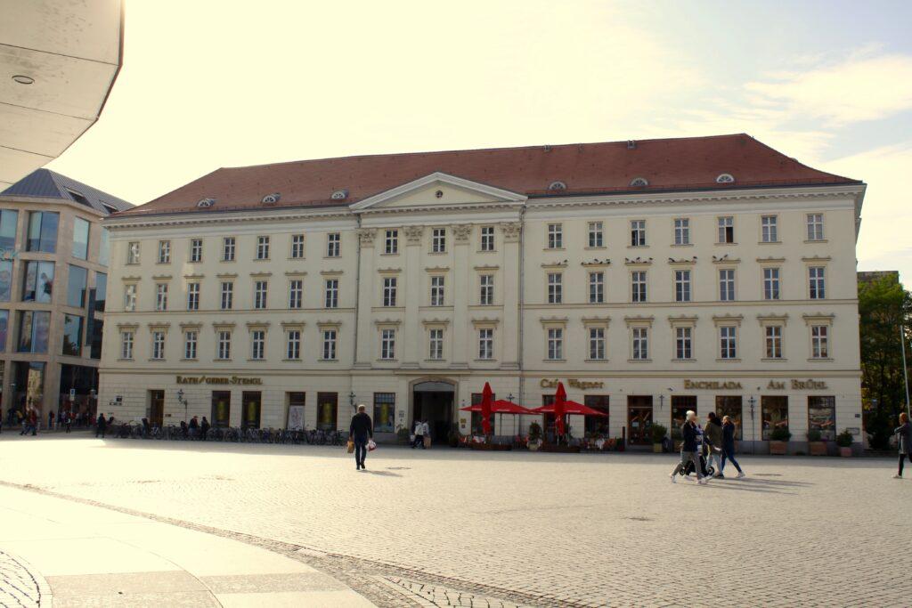 Großer Blumenberg am Richard-Wagner-Platz 2020