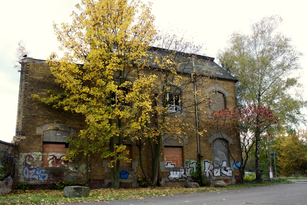 vergessenes Wohnhaus an der Paunsdorfer Strasse 70 - erbaut um 1900, gehörend zur damaligen Nähmaschinenfabrik Robert Kiehle