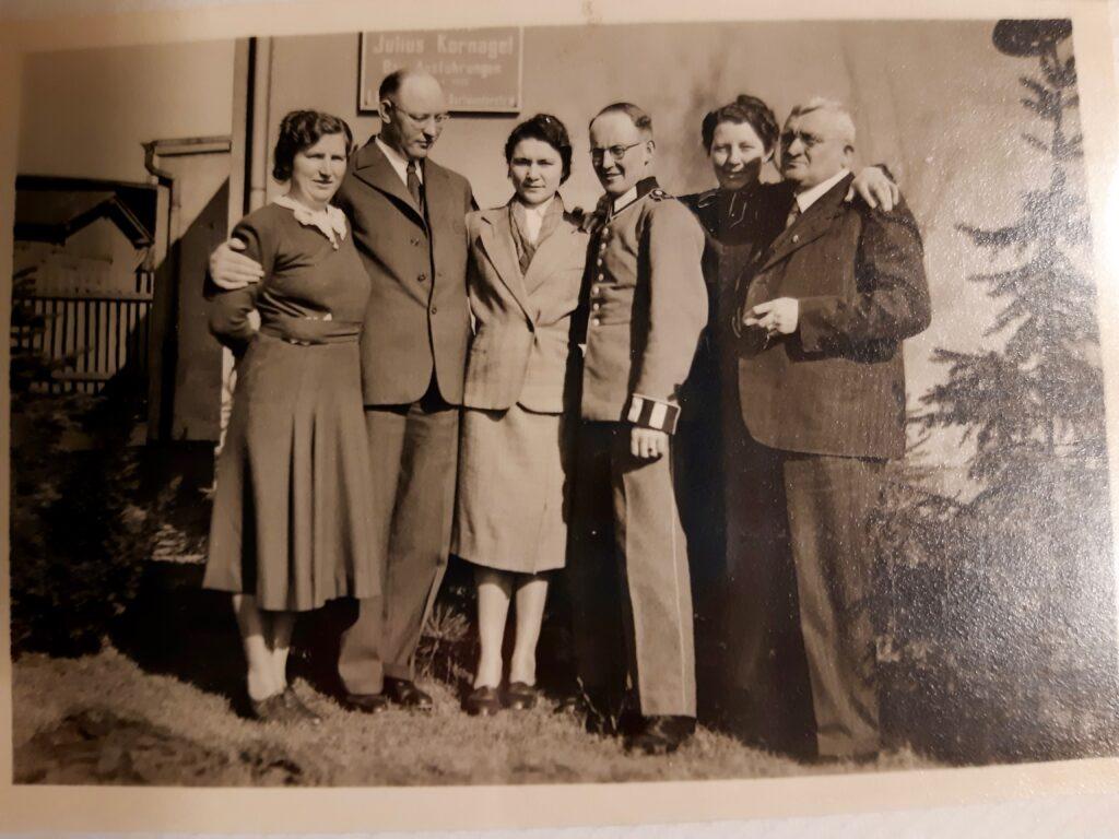Bernhard Kornagel rechts im Bild - hinten das Firmenschild der Ziegelei