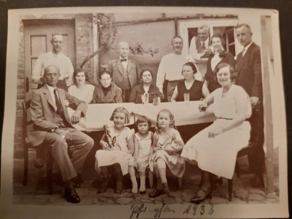 Bild aus dem Jahr 1932 - Bernhard schaut hinten aus dem Fenster