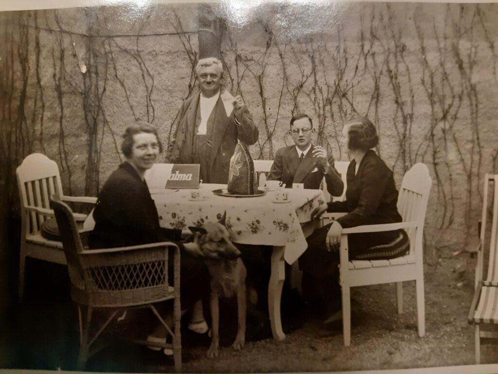 Foto um das Jahr 1930 herum - der junge Mann im Bild der Vater von Frau Höflinger, welcher 1910 geboren wurde