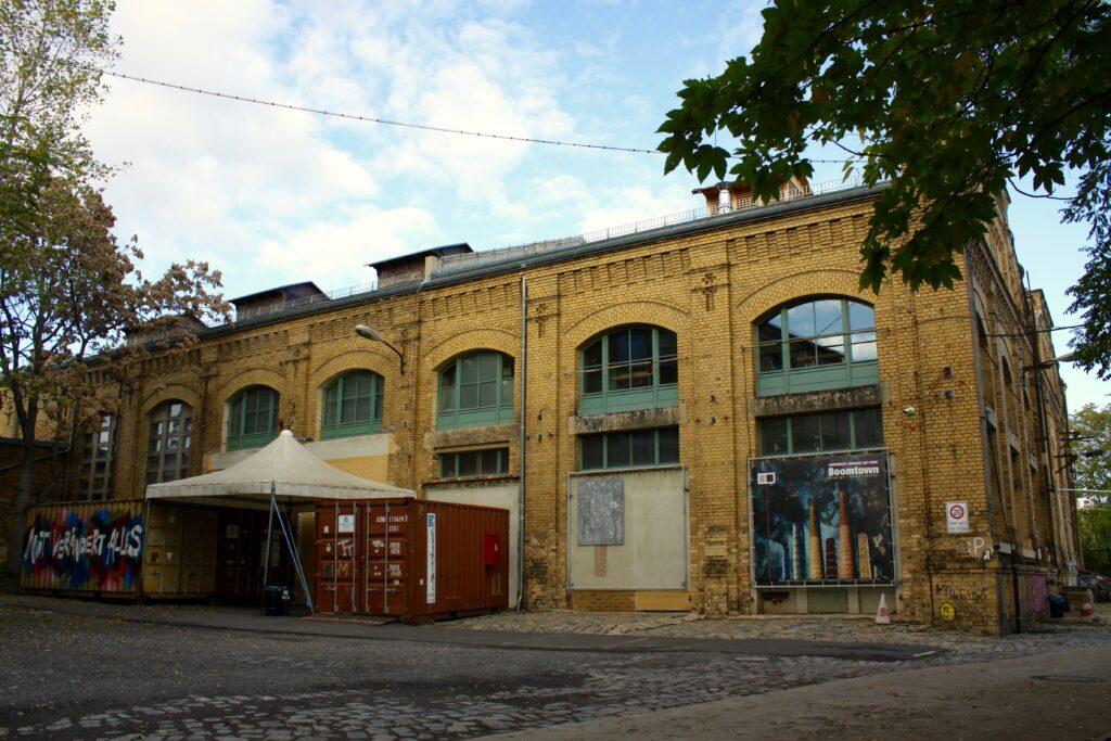 Rückseite des alten Industriebaus im Stadtteil Neulindenau neben Plagwitz