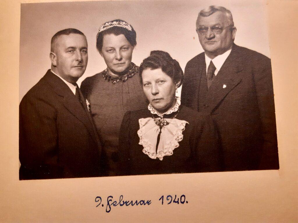 Silberhochzeit von Frau Höflingers Großeltern - rechts im Bild Bernhard mit Brille im Jahr 1940