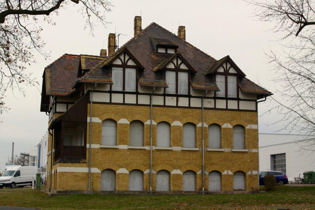 1907 als Kinderheim erbaut - nach der Wende als Gästehaus genutzt und nun im Dezember 2020 leerstand - Gebäude neben dem VW Autohaus Torgauer Strasse