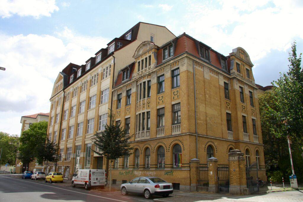 Das Schraderhaus am Täubchenweg 26 (links) wurde 1911 sowie 1912 durch den Unternehmer Wilhelm Schrader als Druckereigebäude erbaut - bis 2022 soll dieses zur Oberschule umgebaut werden