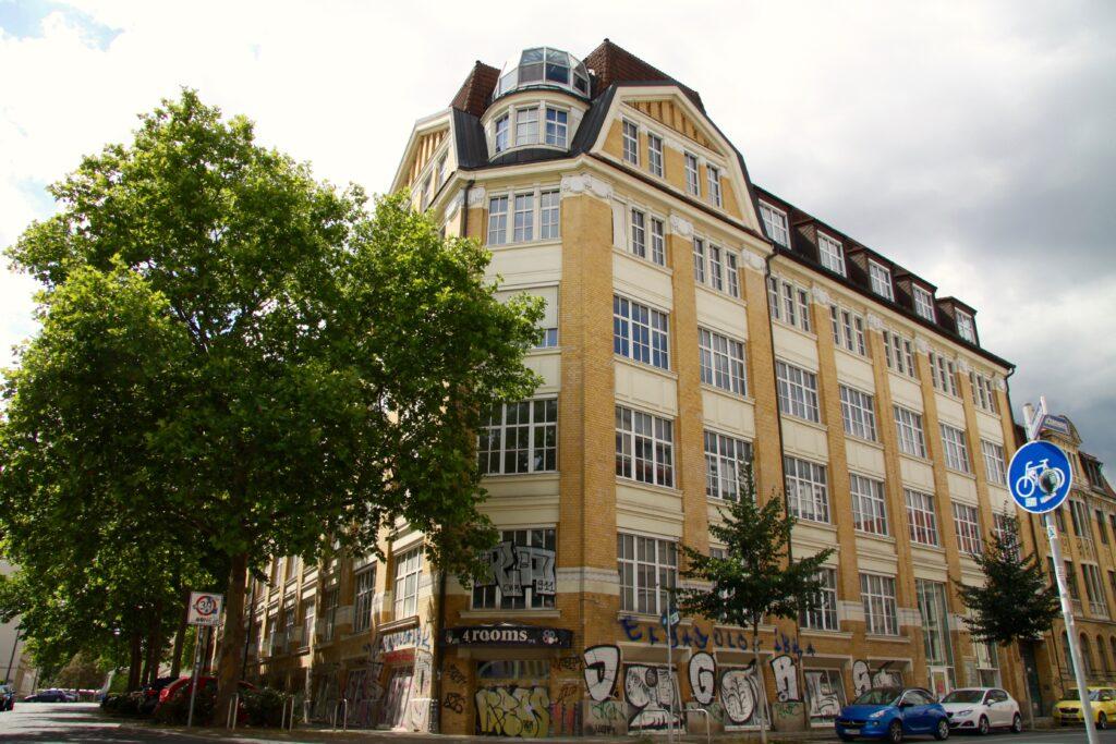 Schraderhaus am Täubchenweg im Jahr 2020 - einst als Druckereigebäude errichtet