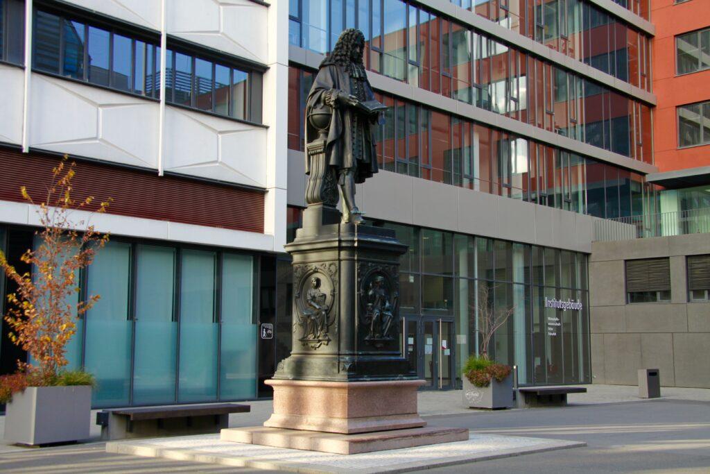 Denkmal für den gelehrten Gottfried Wilhelm Leibniz