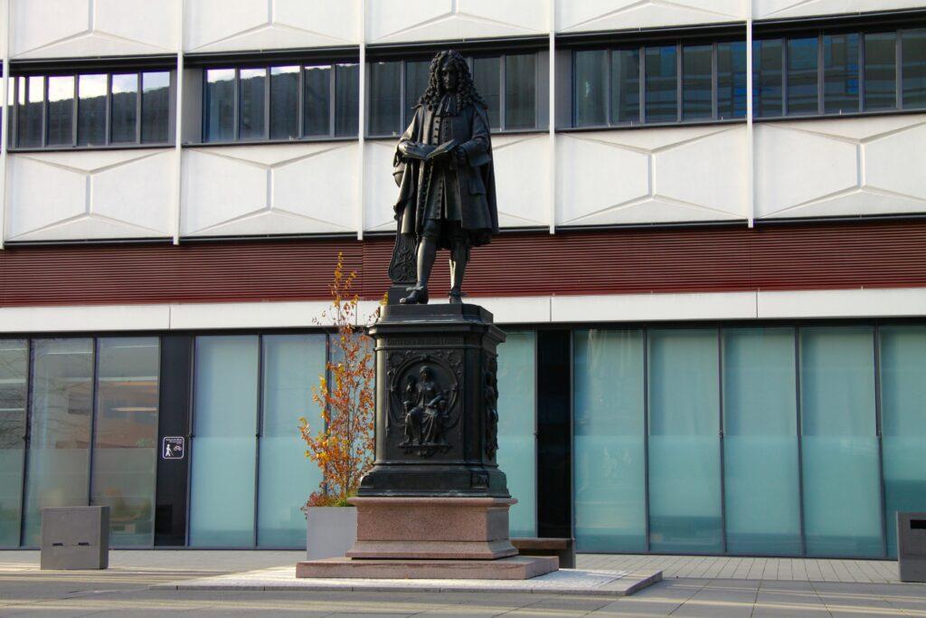 Leibnizdenkmal im Innenhof des Uni-Campus