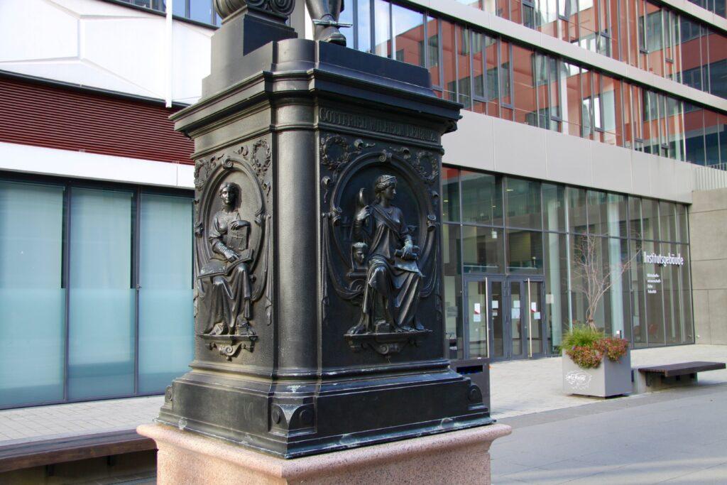Postament mit den 4 Tafeln - Aufschrift Gottfried Wilhelm Leibniz - hier die Philosophie
