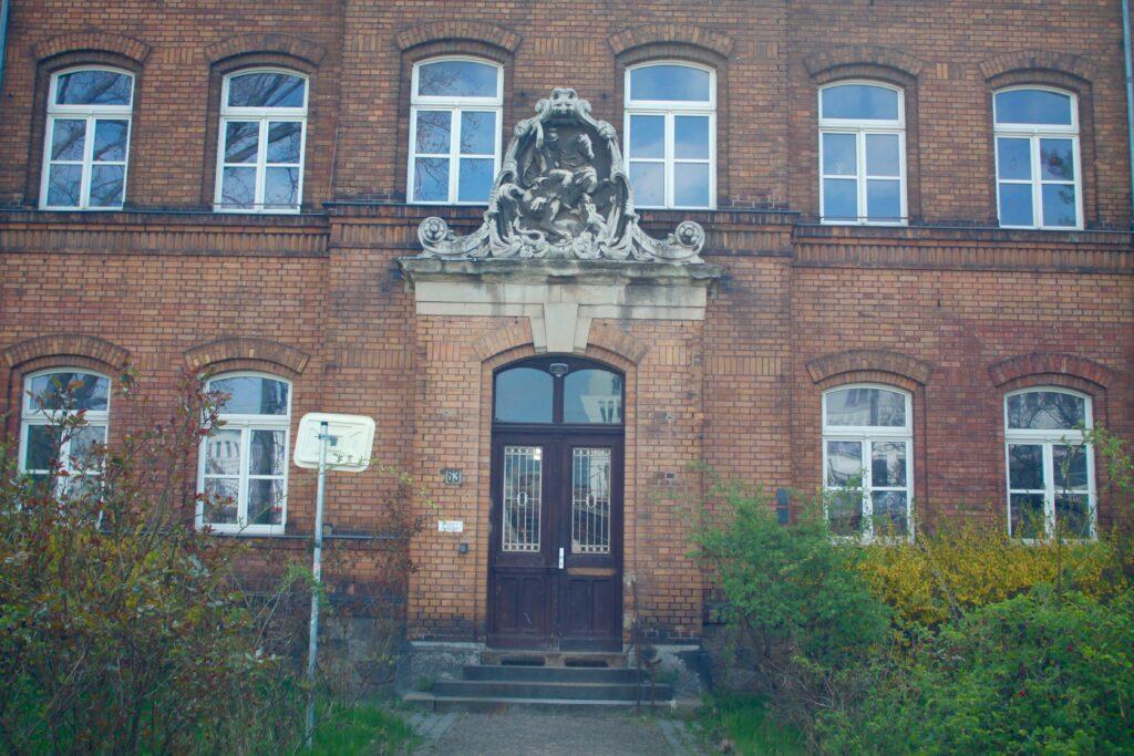 Seit 1892 war die Riebeckstraße 63 ein Ort des Schreckens - hier am Hauptgebäude das St. Georgs Relief