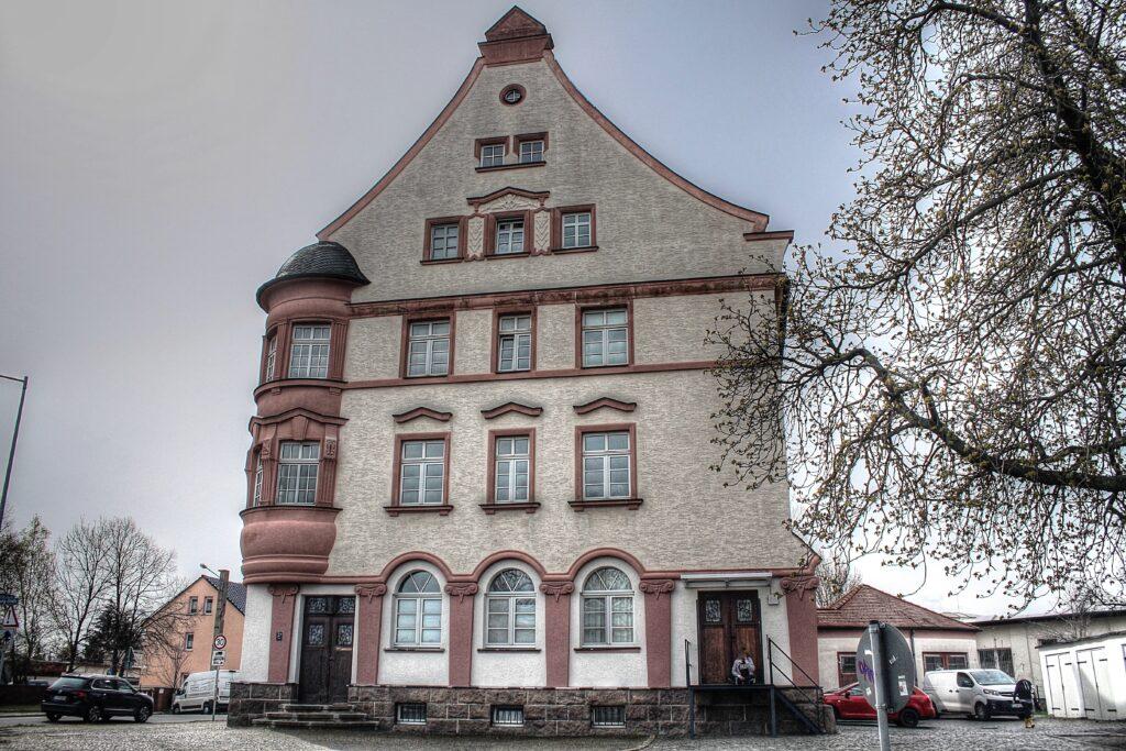 Seitenasicht des alten Postamtes in Engelsdorf, rechs das Gebäude der Garage