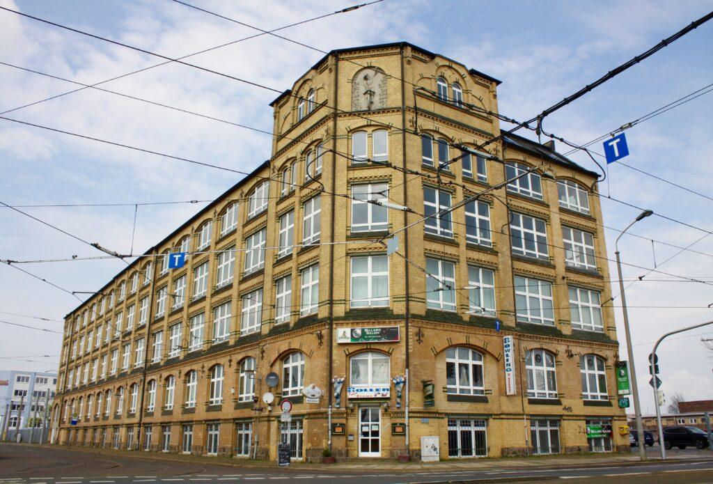 gut zu erkennen ist die Skulptur des Radfahrers am Gebäude der Berliner Straße, ab 1900 bzw. 1901 war die arl Kästner Geldschrank- und Tresorherstellung im Haus beheimatet
