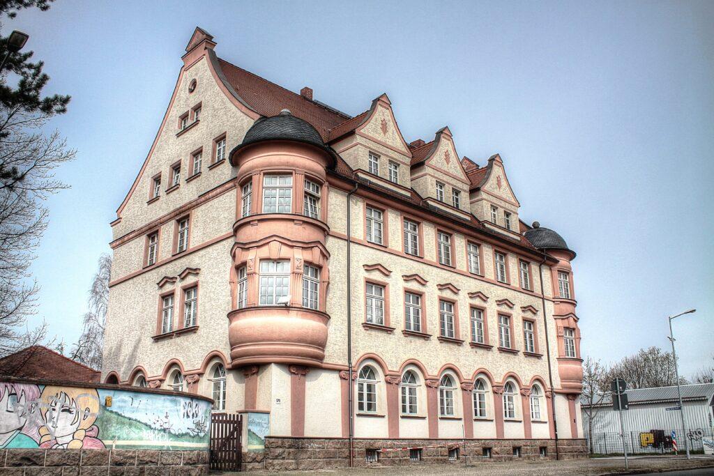 in den Jahren 1926 bis 1926 erbaut - das Postamt im jetzigen Stadtteil Engelsdorf
