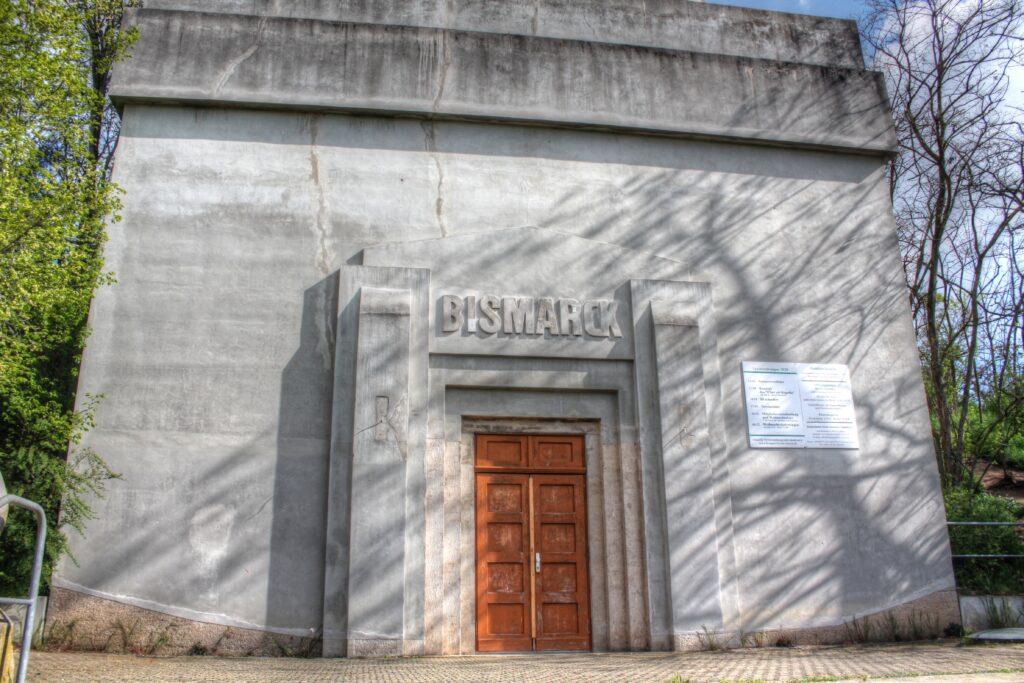 Eingang in den Bismarckturm im Ortsteil Hänichen