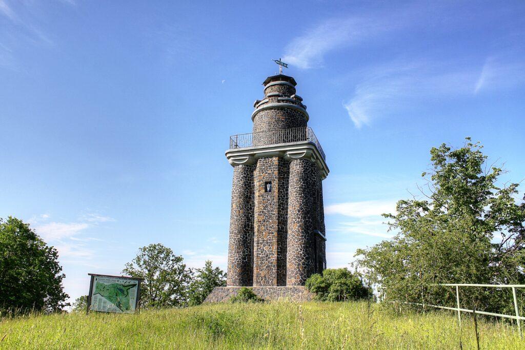 Der Wurzener Bismarckturm befindet sich im Naturschutzgebiet Wachtelberg-Mühlbachtal und ist rund 20 Meter hoch