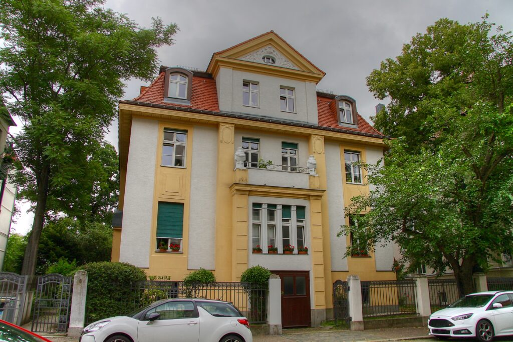 die Villa im Stadtteil Gohlis an der Schorlemmer Straße 6 wurde 1909 bis 1910 nach Plänen von Georg Wünschmann errichtet