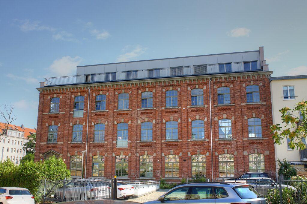 letztes verbliebenes Industriegebäude der ehem. Spitzenfabrik Barth & Co. an der Engertstraße 5