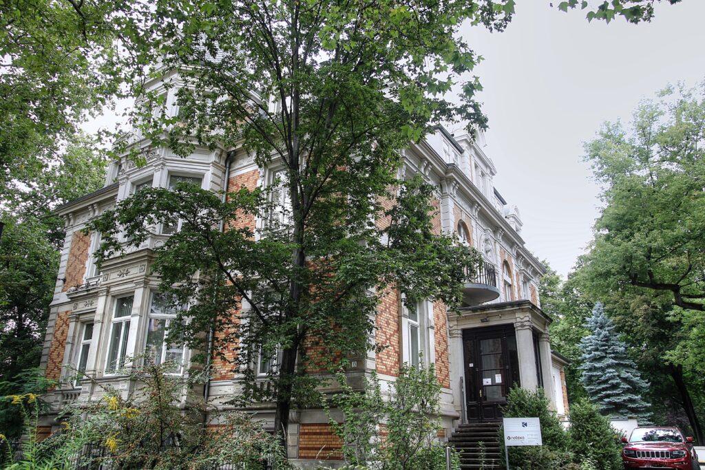 Villa Willmar Schwabe im Stadtteil Neustadt Neuschönefeld, damals zu Reudnitz gehörend - angrenzend der ehemalige Garten und Park, welcher jetzt Elsapark heisst